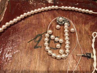 真珠の糸よりは太い糸が通せました。