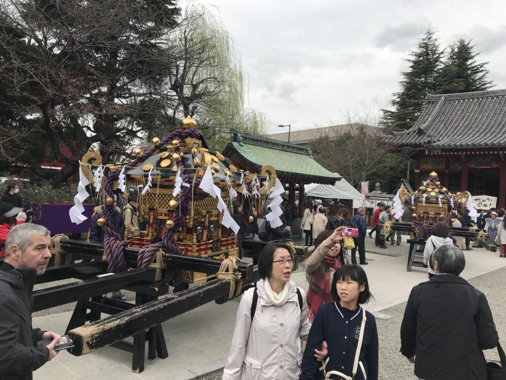 浅草神社本殿前に勢ぞろいした御三神