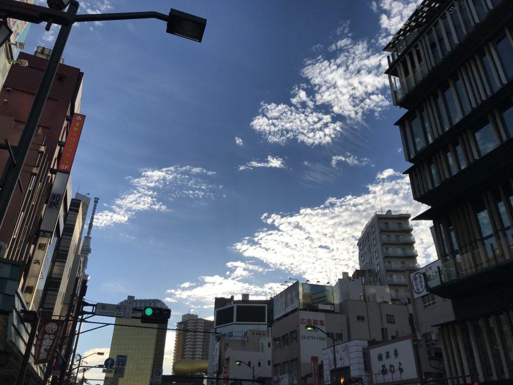 アサヒビール本社を望む。雲の動きが速い速い。。。